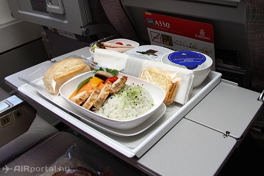 Menü-minta az Economy Class utasai számára. A légitársaság mindig a napszaknak megfelelő étellel kínálja utasait. (Fotó: Csemniczky Kristóf - AIRportal.hu) | © AIRportal.hu