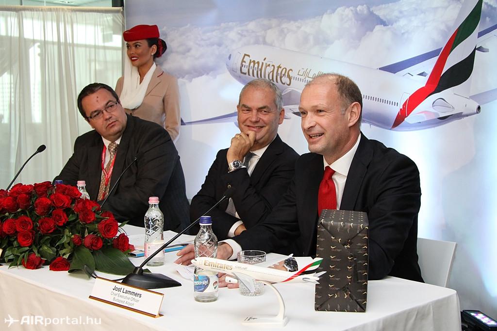 A sajtótájékoztatón Balogh Csaba, a Külgazdasági és Külügyminisztérium keleti nyitás politikájáért felelős helyettes államtitkára, Thierry Antinori, az Emirates kereskedelmi vezérigazgató-helyettese és Jost Lammers, a Budapest Airport vezérigazgatója mondtak beszédet. (Fotó: Csemniczky Kristóf - AIRportal.hu) | © AIRportal.hu