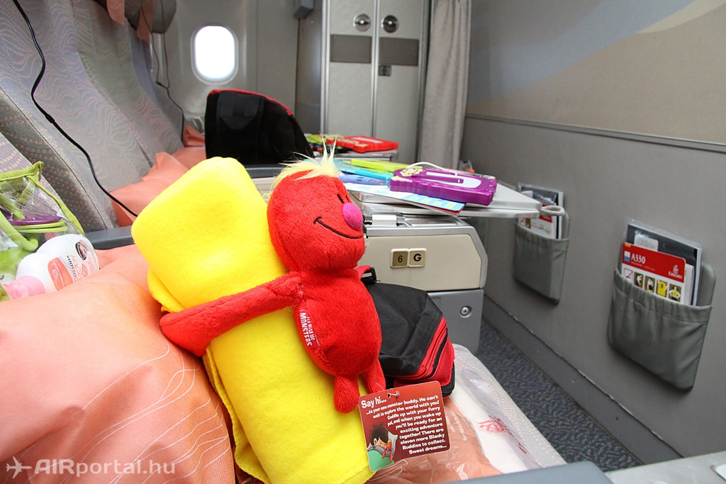 Az Emirates nagy hangsúlyt fektet a gyermek utasokra, ezért őket különféle játékokkal, kifestőkkel, plüssállatokkal várja a fedélzet. (Fotó: Csemniczky Kristóf - AIRportal.hu) | © AIRportal.hu