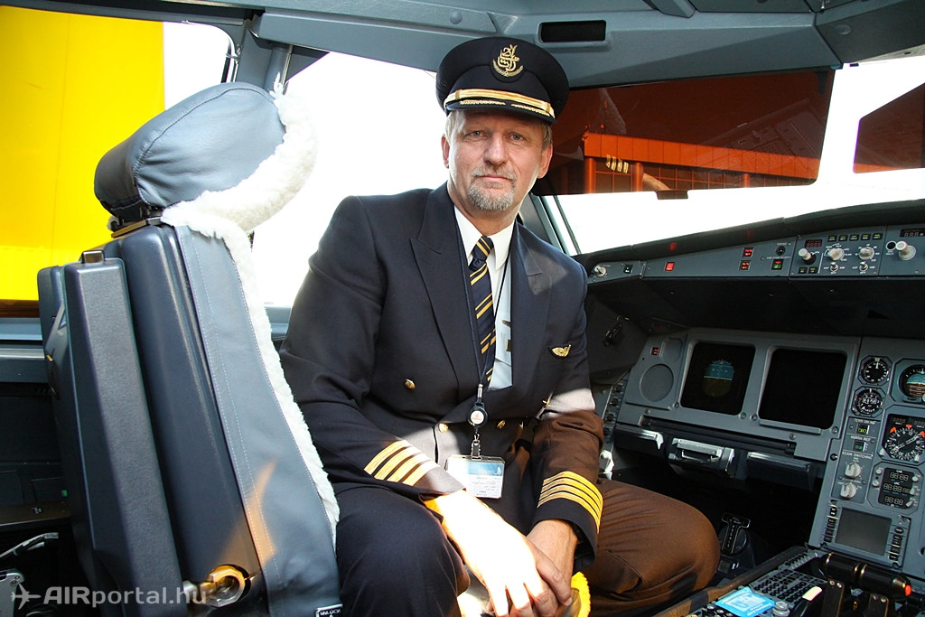 Az A330-200-as pilótafülkéjének kapitányi székében Bondor István, aki immáron 15 éve az Emirates pilótája. Korábban a Malévnél dolgozott, Tu-154-esen repült. A dubaji légitársaságnál volt A330-as pilóta is, de ma már a kétszintes A380-asokon teljesít szolgálatot. (Fotó: Csemniczky Kristóf - AIRportal.hu) | © AIRportal.hu