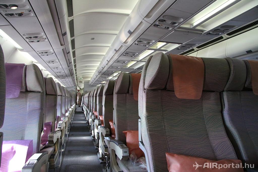 Az Emirates flottájában összesen 21 darab Airbus A330-200-as teljesít szolgálatot, de ebből csak öt gép két-osztályos fedélzeti kialakítású. A többin First Class szolgáltatás is igénybe vehető. Budapest és Dubaj között jelenleg Business és Economy jegyek válthatók. (Fotó: Csemniczky Kristóf - AIRportal.hu) | © AIRportal.hu