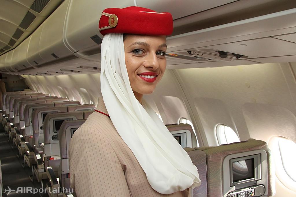 Irány a fedélzet, amelyen több magyar légiutas-kísérővel is lehetett találkozni. Az Emirates formaruha az egyik legelegánsabb nemzetközi viszonylatban is. (Fotó: Csemniczky Kristóf - AIRportal.hu) | © AIRportal.hu