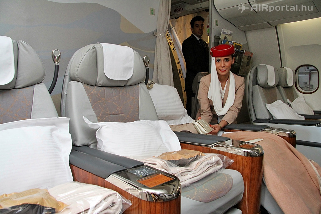 Az üzleti osztály és ülései az Airbus A330-as elülső részében kaptak helyet. A légiutas-kísérő mögött a válaszfalon látható, milyen széleskörű a magazinok és egyéb színes lapok választéka az itt utazóknak. (Fotó: Csemniczky Kristóf - AIRportal.hu) | © AIRportal.hu