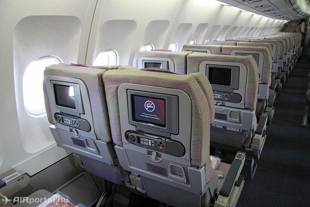 Az ülések elrendezése az Economy osztályon 2-4-2 konfiguráció szerinti. A képen láthatók a fedélzeti szórakoztató rendszer háttámla monitorjai, illetőleg az azokhoz tartozó távirányítók is. (Fotó: Csemniczky Kristóf - AIRportal.hu) | © AIRportal.hu