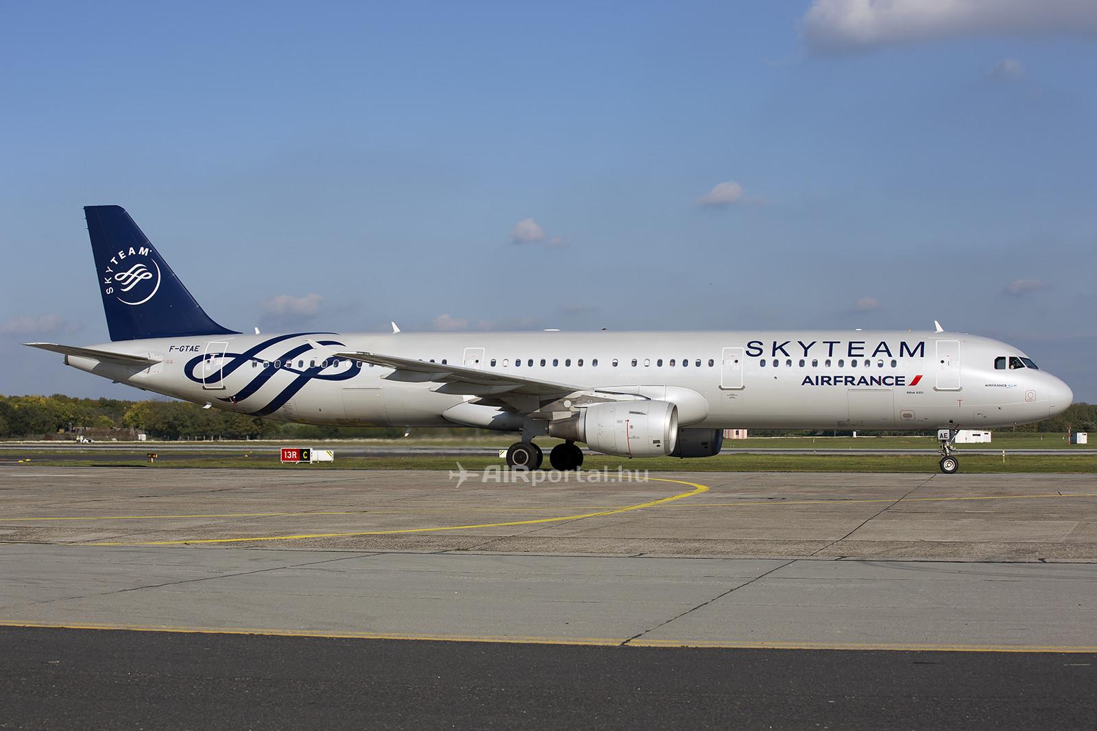 Az Air France Sky Team festésű Airbus A321-es repülőgépe Ferihegyen. (Fotó: AIRportal.hu)   © AIRportal.hu