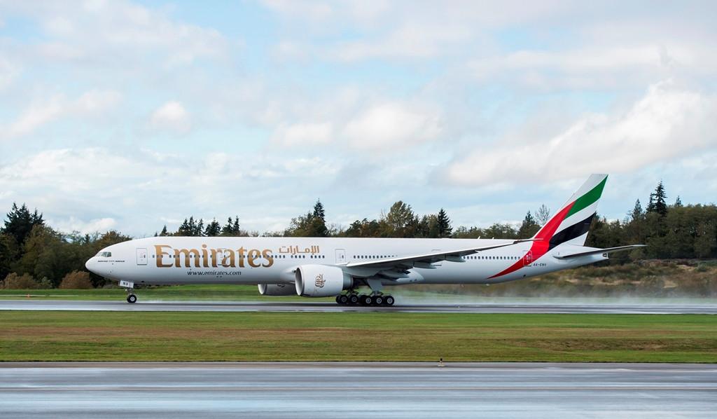 Felszállás közben az Emirates-flotta századik Boeing 777-300ER gépe. (Foót: Boeing Company)   © AIRportal.hu