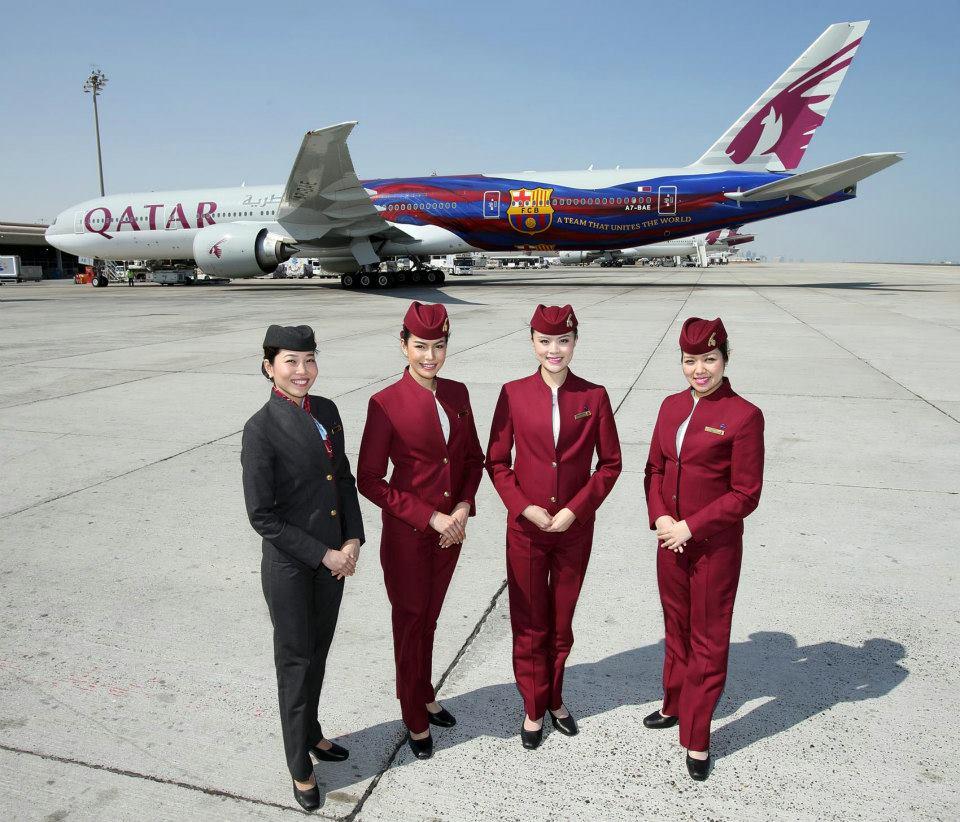 A flotta FC Barcelona festést viselő Boeing 777-300ER típusa légi-utaskísérőkkel. (Fotó: Qatar Airways) | © AIRportal.hu