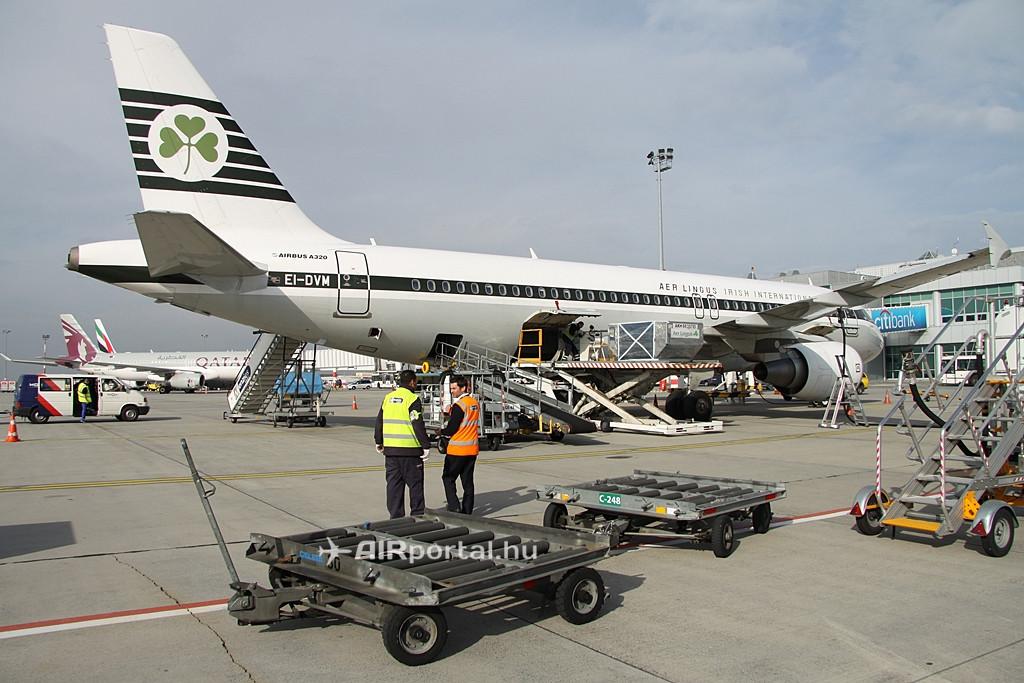Állóhelyén az Aer Lingus 2011-es évjáratú retro Airbus A320-asa. Háttérben a 2B terminál másik utashídjain a Qatar Airways Airbus A320-asa, valamint az Emirates A330-asa látható. Az ír légitársaság járatainak földi kiszolgálását Budapesten a Menzies Aviation végzi. (Fotó: Csemniczky Kristóf - AIRportal.hu)   © AIRportal.hu