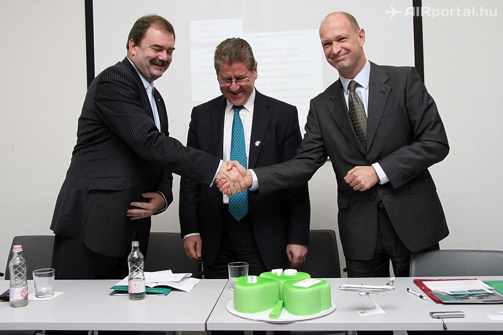 Az ünnepi torta felszelése a sajtótájékoztató végén. A képen balról jobbra haladva: John Keogh, az Aer Lingus európai értékesítési igazgatója, Kevin Dowling ír nagykövet és Jost Lammers, a Budapest Airport vezérigazgatója. (Fotó: Csemniczky Kristóf - AIRportal.hu)   © AIRportal.hu
