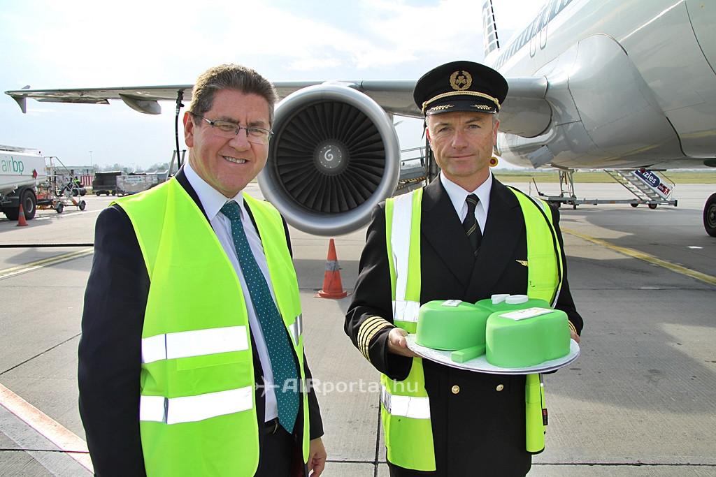 A járat kapitánya és az ír nagykövet a retro festésű Airbus hajtóműve előtt. (Fotó: Csemniczky Kristóf - AIRportal.hu)   © AIRportal.hu