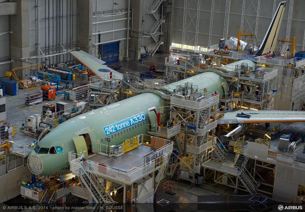 Gyártósoron az első megnövelt felszállósúlyú A330-as, egy 300-as széria. Katalógusadat szerint ez a kivitel eredetileg 230 tonnás maximális teljesítménnyel tudta kiszolgálni üzemeltetőit. A növekmény tehát 12 tonna a legújabb szériában. (Fotó: Airbus) | © AIRportal.hu