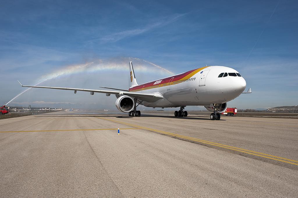 Az Iberia 2013 februárjában vette át az első vadonatúj A330-300-asát, amellyel kezdetét vette a long-haul flotta modernizációja. Búcsú a mára kevésbé gazdaságos A340-esektől és új két-hajtóművesek beszerzése a cél. (Fotó: Iberia) | © AIRportal.hu