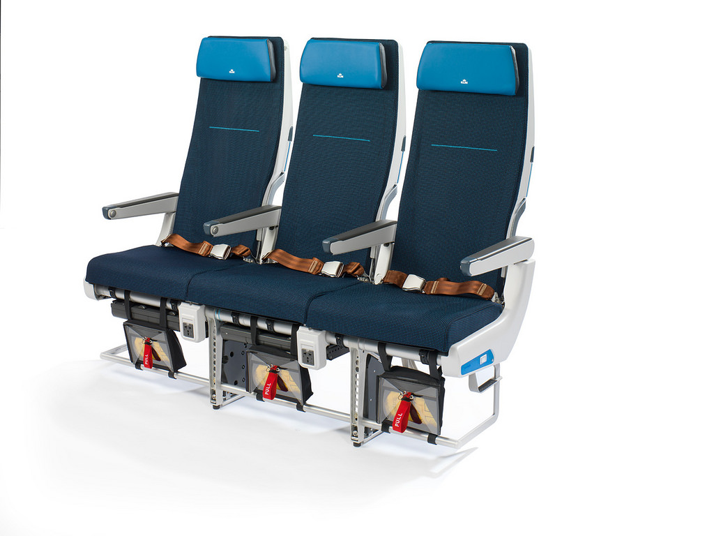 Az új üléseket a vékonyabb hátlap és az azokba épített kijelzők, valamint a Boeing 747-esekről már jól ismert dizájn jellemzi. A képre kattintva galéria nyílik! (Fotók: KLM)   © AIRportal.hu