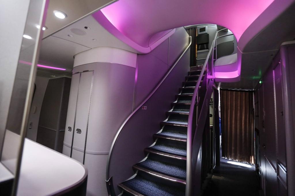 A felső fedélzetre vezető lépcső minden 747-es generációnak egyik látványossága. (Fotó: Air China)   © AIRportal.hu