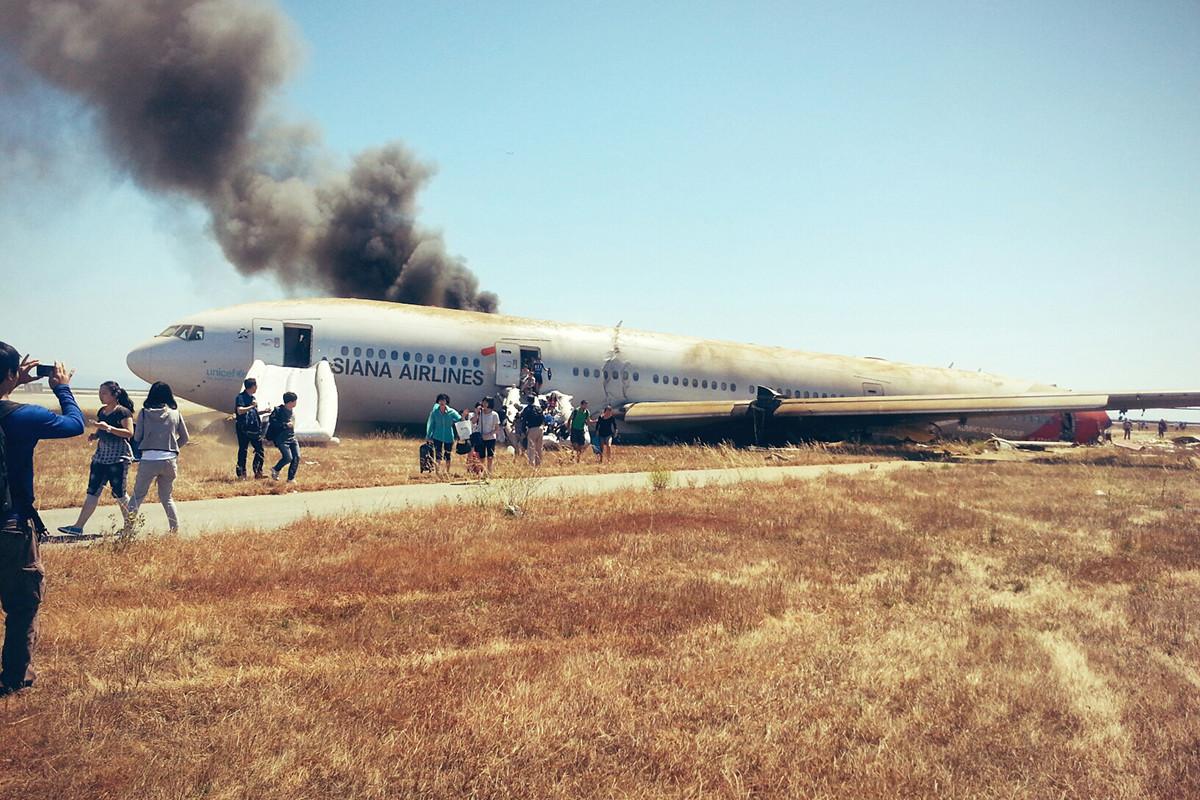 A járat egyik utasa által készített fotó a baleset után nemsokkal. (Fotó: David Eun - Path.com)   © AIRportal.hu