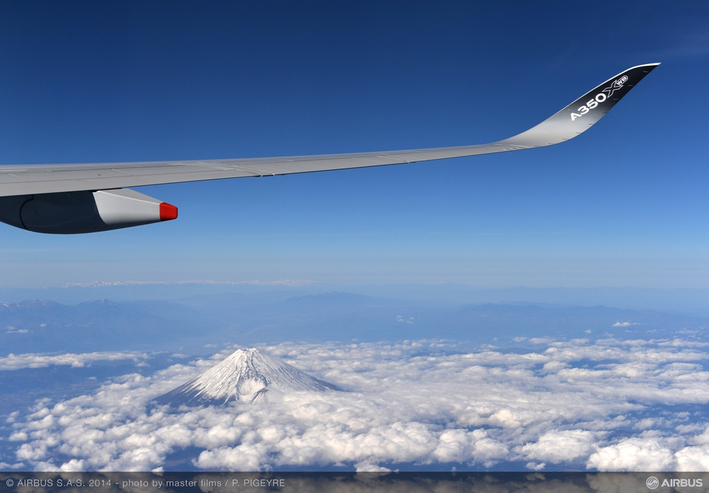 A Japán egyik jelképének számító Fudzsi felett repül az A350-es. (Fotó: Airbus) | © AIRportal.hu
