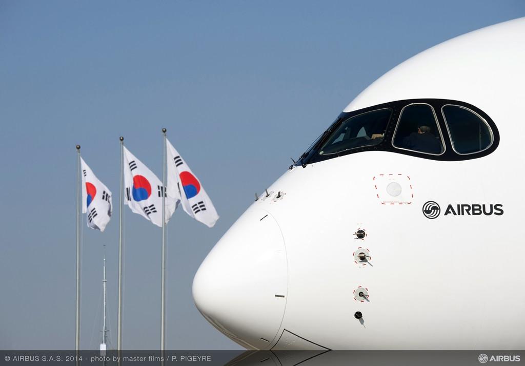 Dél-koreai nemzeti zászlók és az A350XWB orra. (Fotó: Airbus) | © AIRportal.hu
