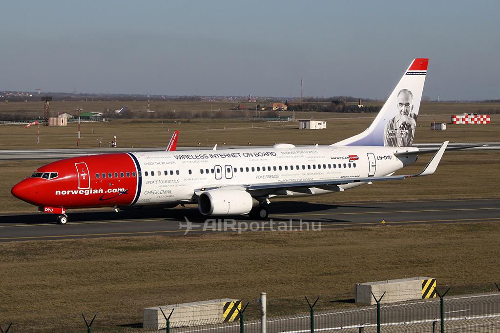 A légitársaság fedélzeti wifi-internet szolgáltatást hirdető, speciális festésű Boeing 737-800-as repülőgépe. (Fotó: AIRportal.hu) | © AIRportal.hu