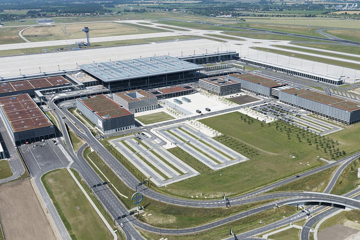 A Berlin-Brandenburg repülőtér grafikája madártávlatból. Vajon mikor omlik le végleg az a képzeletbeli fal és mikor nyílik meg véglegesen a brandenburgi légikapu? (Forrás: Günter Wicker / Flughafen Berlin Brandenburg GmbH) | © AIRportal.hu
