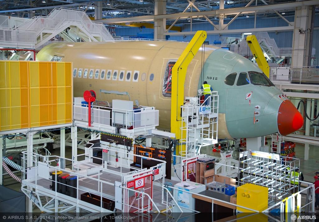A finn légitársaság első A350-esének elülső törzs-része a végszerelő soron. (Fotó: Airbus) | © AIRportal.hu