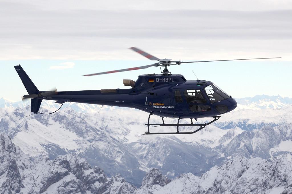 Érkezés Airbus-szal, vagy Boeinggel, aztán tovább repülés egy helikopterrel, egyenesen a sípályához. A képen a flotta egyik Eurocopter AS 350-ese látható. (Fotó: Lufthansa)   © AIRportal.hu