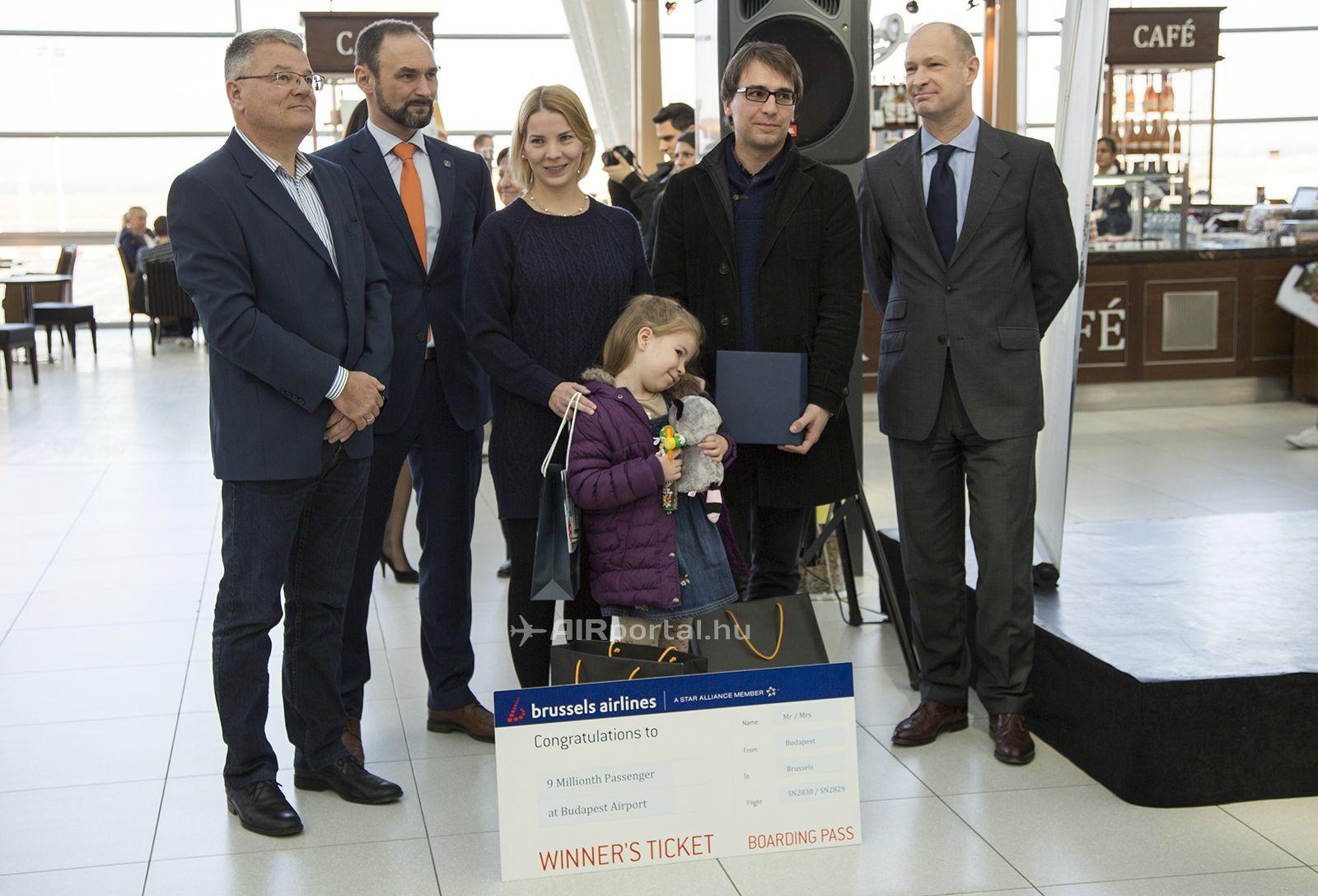 Ünnepi családkép a SkyCourt terminálban. (Fotó: AIRportal.hu) | © AIRportal.hu