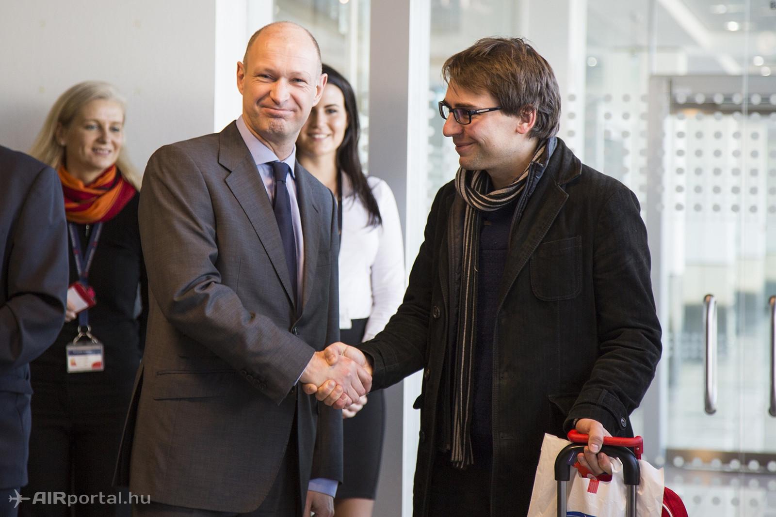 Jost Lammers, a Budapest Airport vezérigazgatója köszönti a 9 milliomodik utast. (Fotó: AIRportal.hu) | © AIRportal.hu