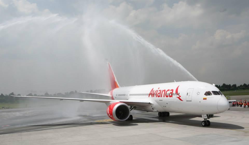Érkezés Bogotába, diadalív vízsugaras köszöntéssel. (Fotó: Avianca) | © AIRportal.hu