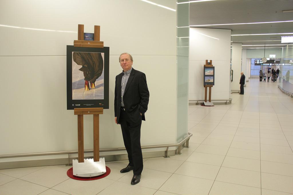 Somogyi-Tóth Gábor a kedvenc képe mellett. A képre kattintva galéria nyílik. (Fotók: AIRportal.hu)   © AIRportal.hu