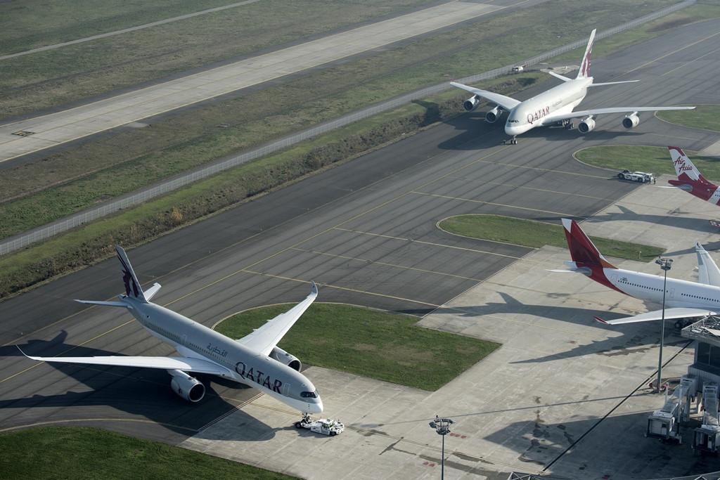 Push-back az A350-esnek, miközben az A380-800-as már mögötte várja az indulást december 23-án Toulouse-ban. (Fotó: Airbus) | © AIRportal.hu