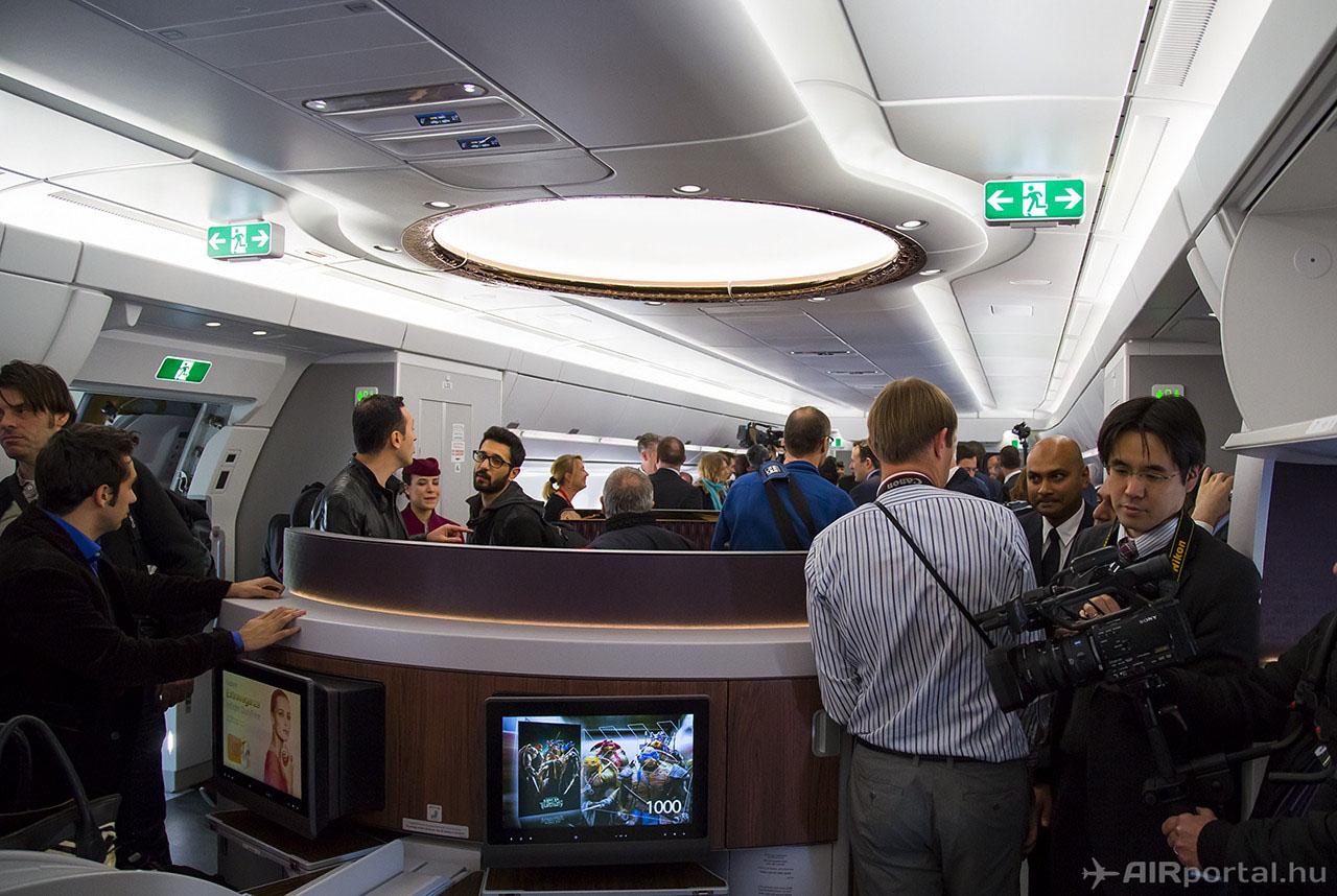 A business class és a repülés közben bárként üzemelő fogadótér a hatalmas kupola-szerű világítótesttel.   © AIRportal.hu
