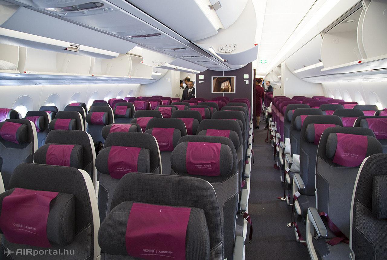 Turista üléssor szürke-bordó színkombinációban, állítható nyaktámaszokkal. (Fotó: AIRportal.hu)   © AIRportal.hu