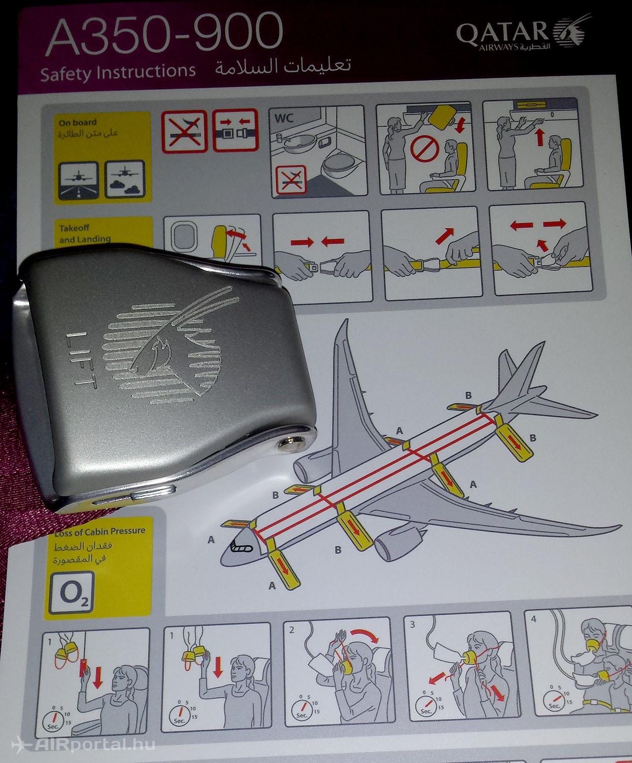 Logózott övcsat és safety card.(Fotó: AIRportal.hu)   © AIRportal.hu