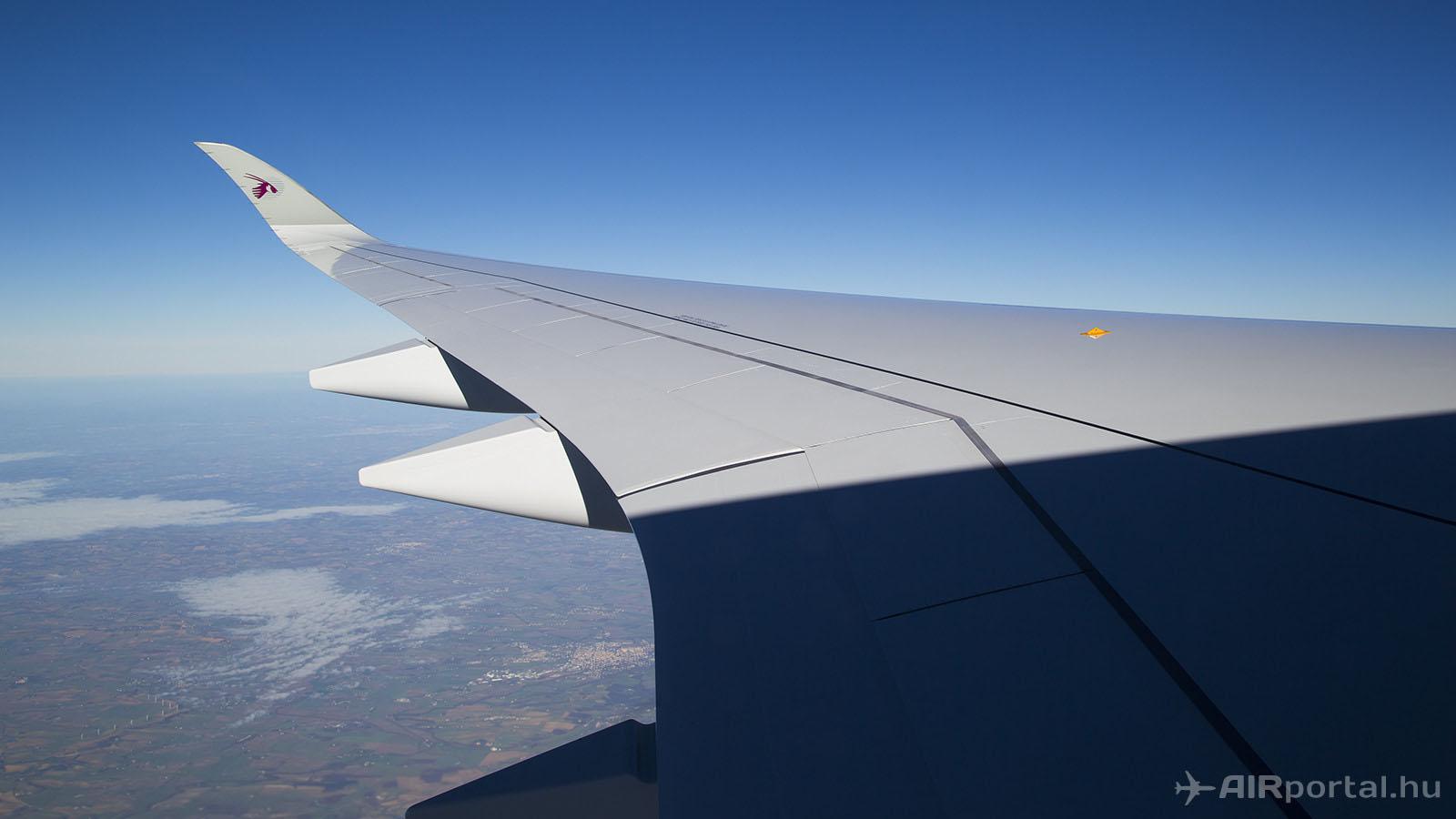 Perpignan felé félúton. Az A350 XWB egyik legjellegzetesebb része a szárnyvég éles, íves kiképzése. Az A350 XWB szárnyai egyébként a ma gyártott legnagyobb egy darabban készült kompozit elemek a világon. (Fotó: AIRportal.hu)   © AIRportal.hu