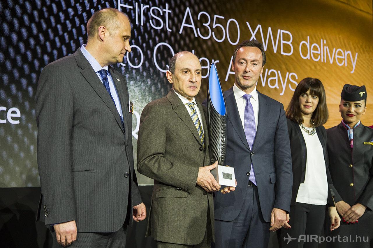 Akbar Al Baker az ajándékba kapott kompozit trófeával. (Fotó: AIRportal.hu)   © AIRportal.hu