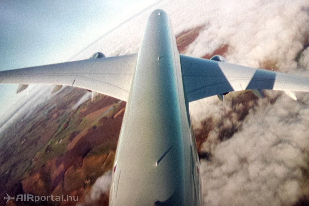 Éles forduló leszállás előtt a vezérsíkon lévő kamera szemszögéből. (Mobilos fotó - AIRportal.hu)   © AIRportal.hu