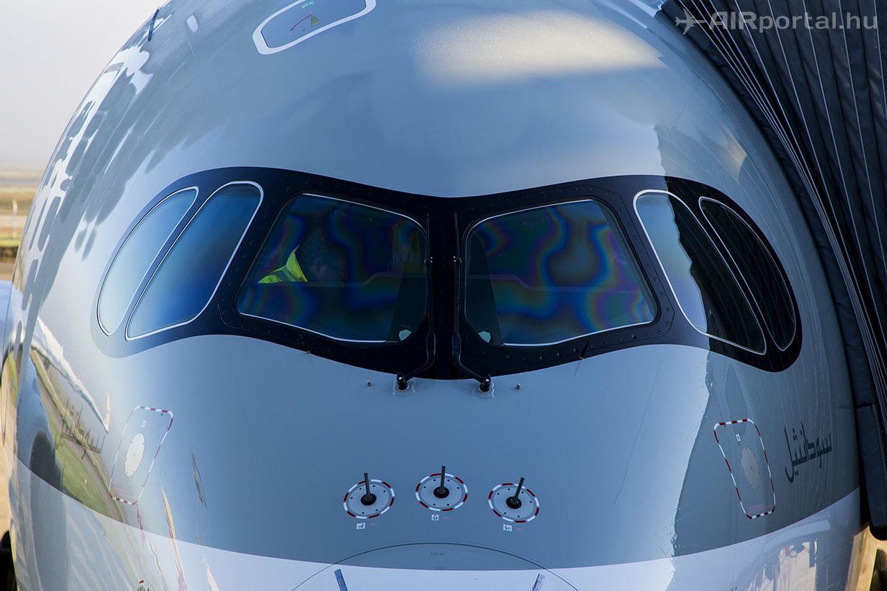 A jellegzetes fekete keretes pilótafülke-ablak. (Fotók: AIRportal.hu)   © AIRportal.hu