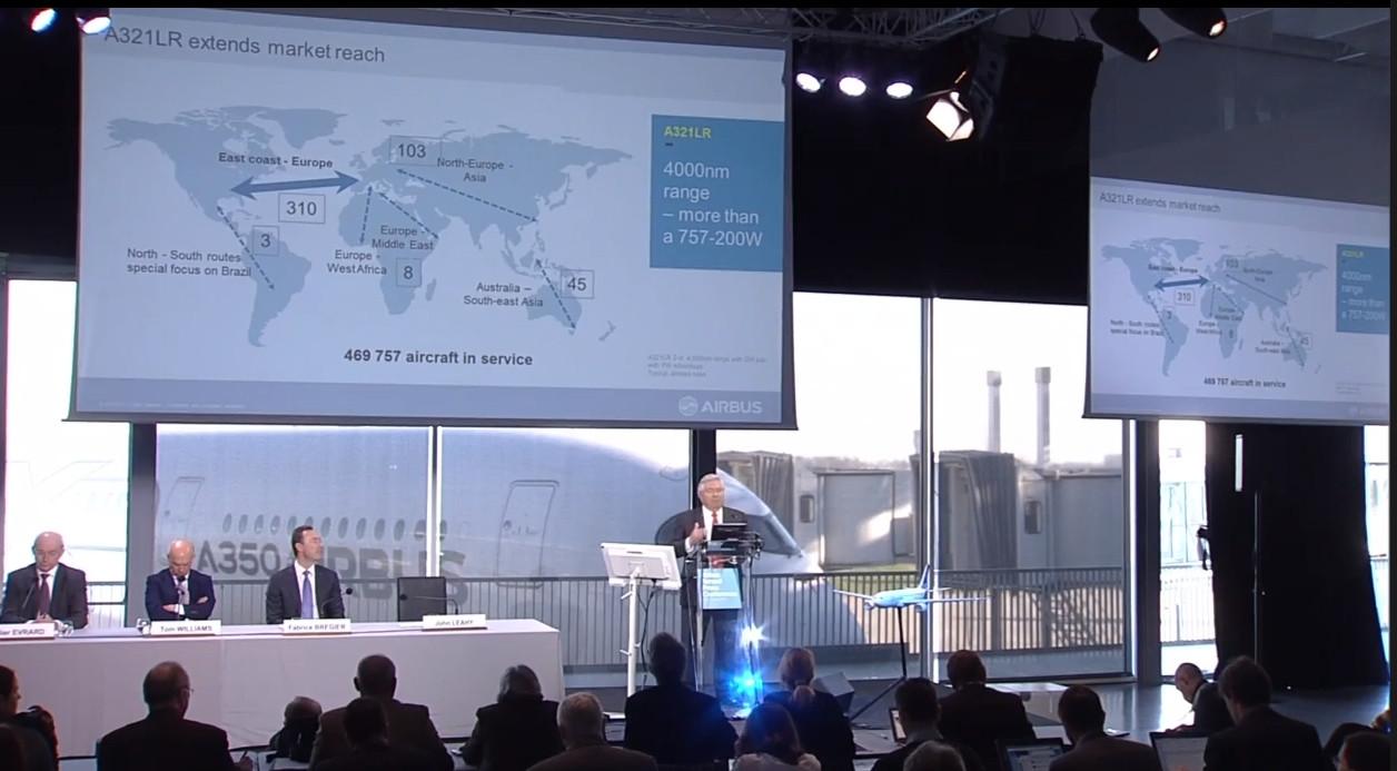 Képernyőfotó az Airbus mai sajtótájékoztató közvetítéséből, miközben John Leahy az A321LR változatáról beszél. (Forrás: Airbus YouTube Csatorna) | © AIRportal.hu