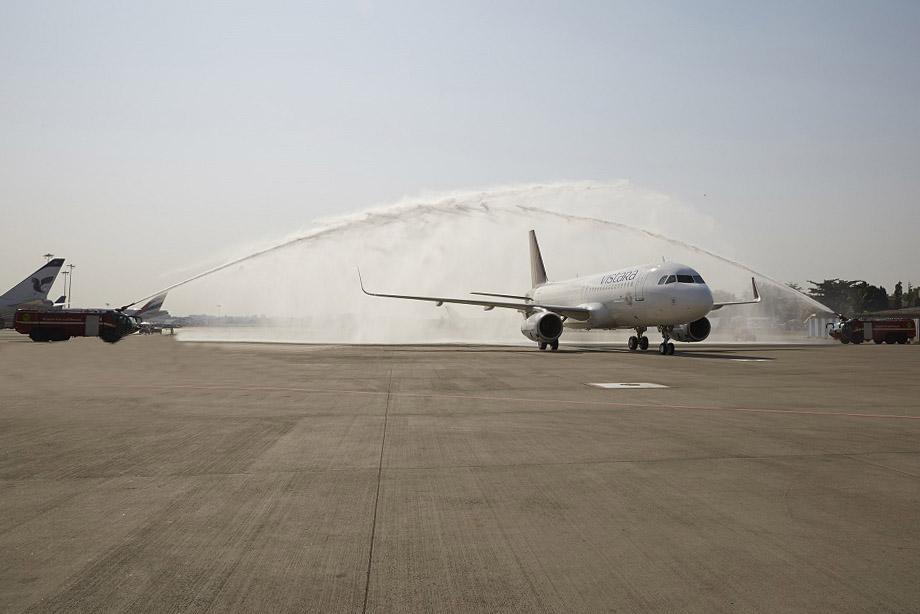 Vízsugaras köszöntés Mumbaiban. (Fotó: Vistara)   © AIRportal.hu