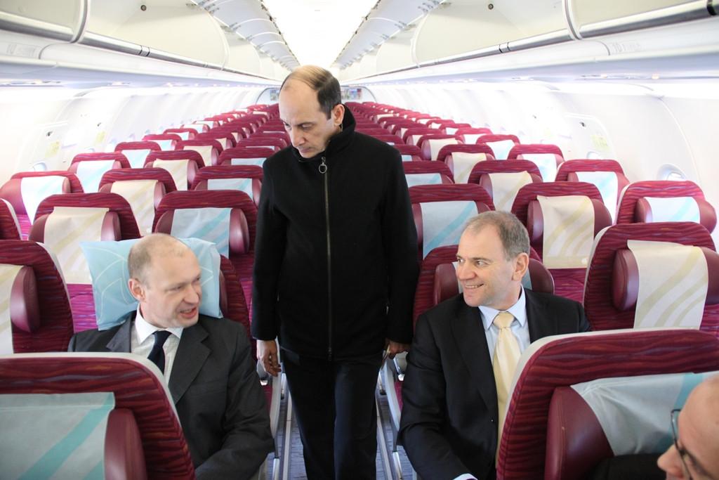 Akbar Al Baker, a Qatar Airways vezérigazgatója vezeti körbe a Budapestre érkezett első gépen a magyarországiakat, köztük Jost Lammerst, a Budapest Airport vezérigazgatóját. (Fotó: Hardy Mihály - Budapest Airport) | © AIRportal.hu