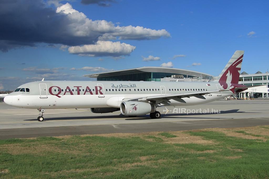 Qatar Airways Airbus A321-es a Liszt Ferenc repülőtéren, háttérben a SkyCourt terminállal. (Fotó: Csemniczky Kristóf - AIRportal.hu) | © AIRportal.hu