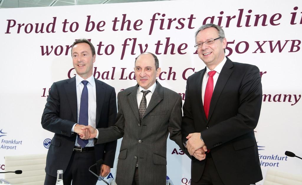 Fabrice Brégier, az Airbus elnök-vezérigazgatója, Akbar Al Baker, a Qatar Airways vezérigazgatója és Michael Muller, a Frankfurt Airport igazgatótanácsának tagja Frankfurtban. (Fotó: Qatar Airways)   © AIRportal.hu