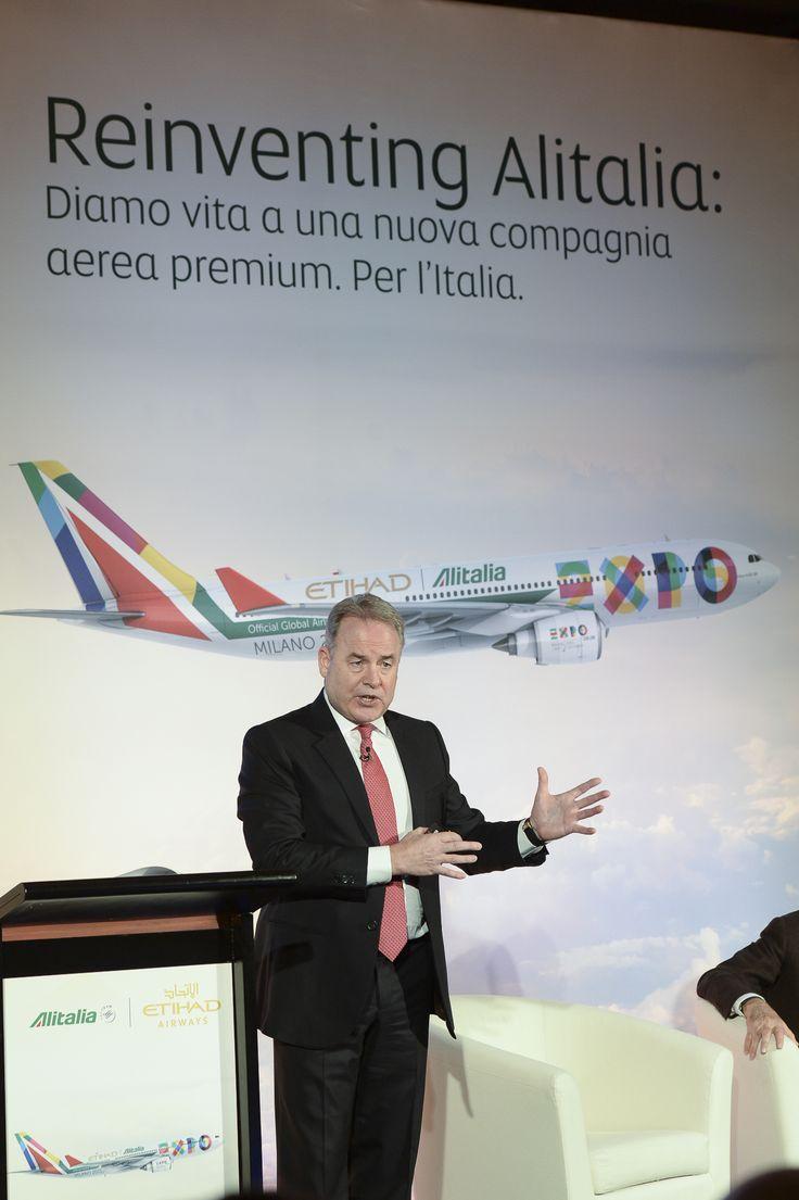 James Hogan, az Etihad Airways elnöke beszéde közben. (Fotó: Alitalia - Pinterest) | © AIRportal.hu