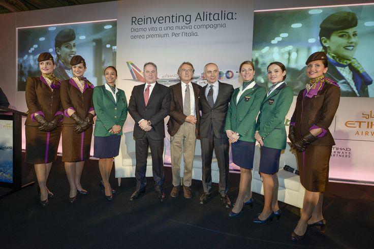 Csoportkép a vezetőkkel és Etihad, valamint Alitalia utaskísérőkkel. (Fotó: Alitalia - Pinterest) | © AIRportal.hu