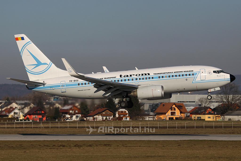 A Tarom retró festésű Boeing 737-es repülőgépe. (Fotó: AIRportal.hu) | © AIRportal.hu