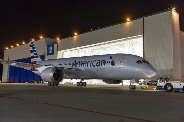 Az N800AN lajstromjelű gép a Boeing-festőhangár előtt. (Fotó: American Airlines)   © AIRportal.hu