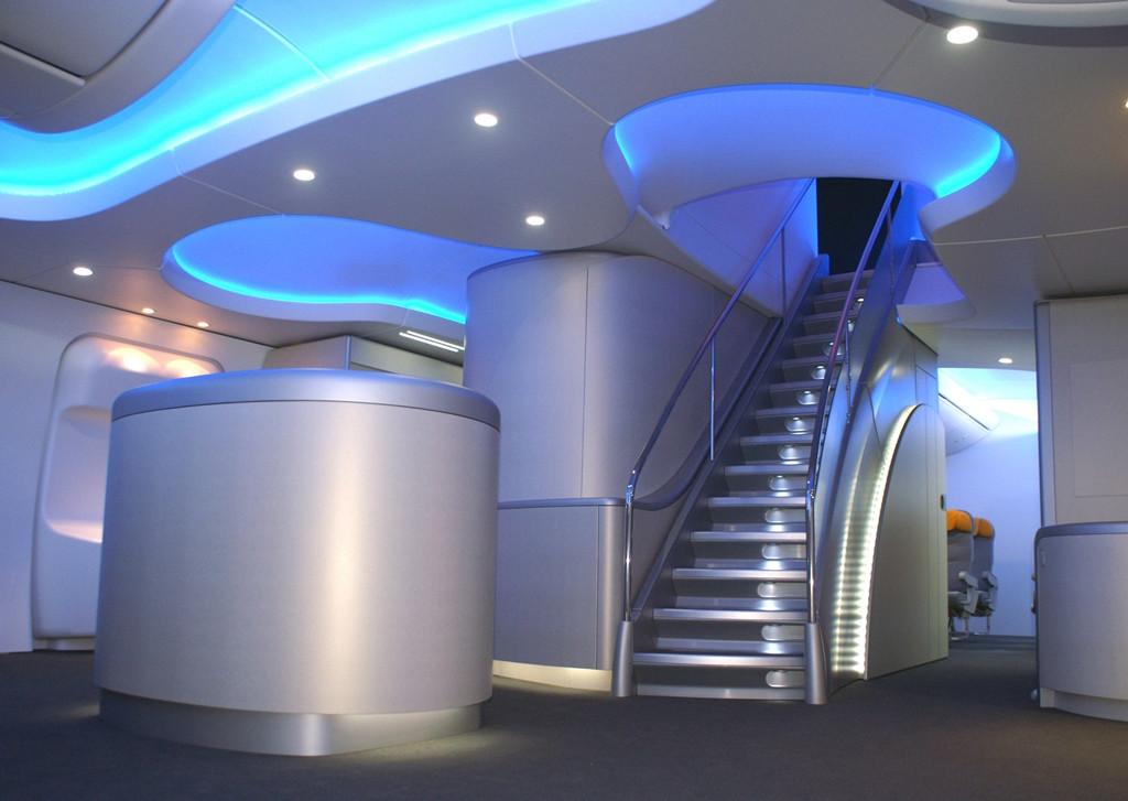 A Dreamliner technológiáit alkalmazó 747-8-as utaskabin lépcsője, amely a felső fedélzetre vezet. (Fotó: Boeing Company)   © AIRportal.hu