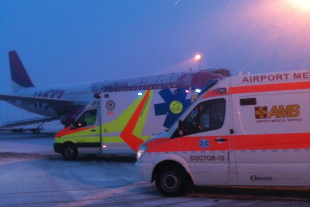 A mentőautókkal körbe vett Wizz-gép ma délután. | © AIRportal.hu