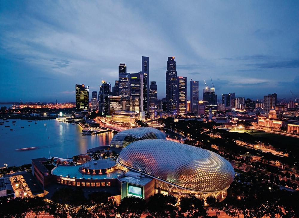 Szingapúr esti fényei madártávlatból. (Fotó: Qatar Airways) | © AIRportal.hu
