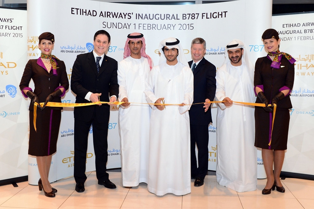 Szalagvágás az első menetrendszerű Boeing 787-9-es járat ünnepélyes alkalmából. (Fotó: Etihad Airways) | © AIRportal.hu
